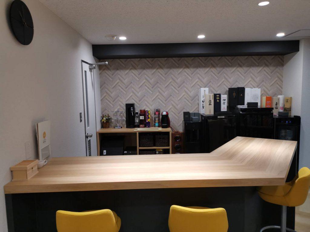 オフィスエントランスに併設されたバーカウンター